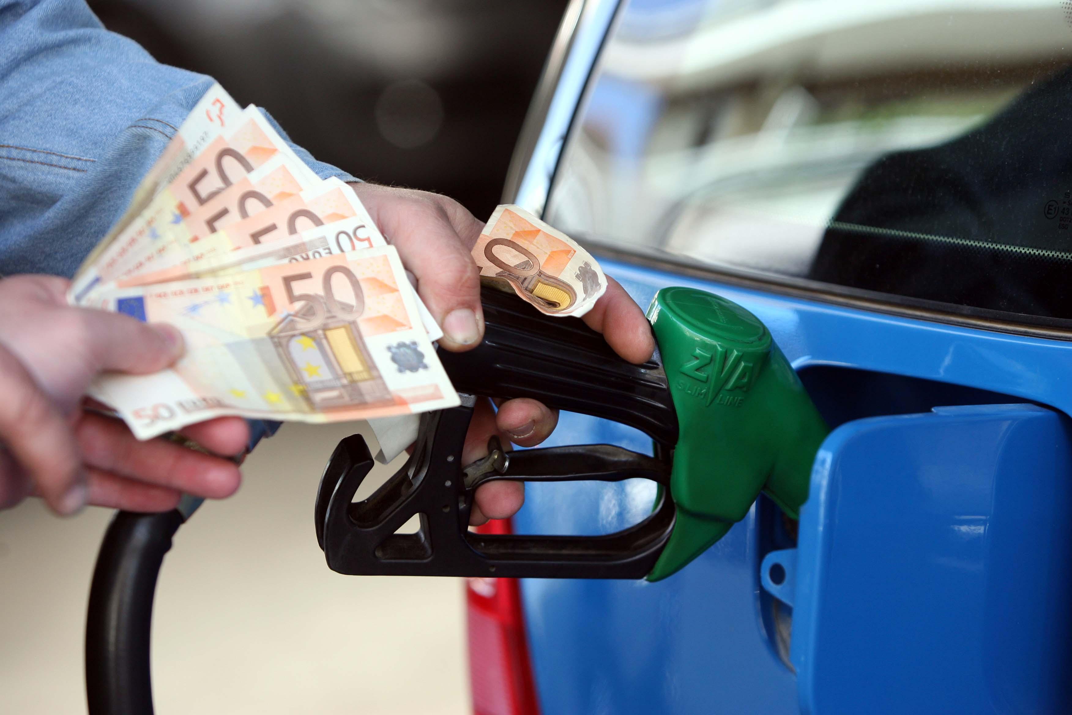 Φωτιά πήρε η βενζίνη, στα 2 ευρώ πλησιάζει η αμόλυβδη | tovima.gr