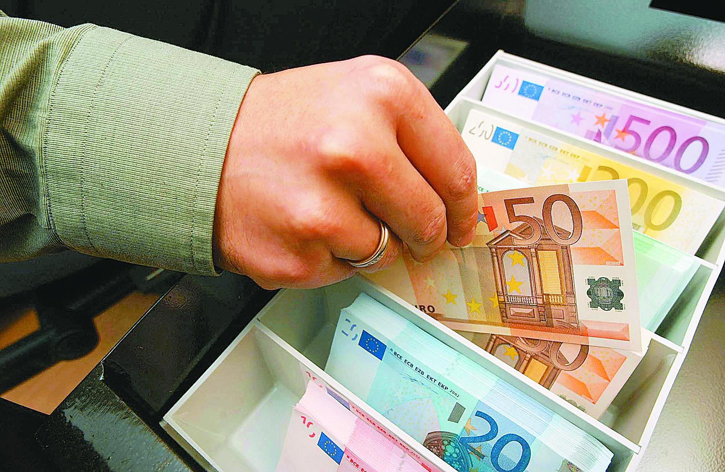 Μειώνεται το έλλειμμα του προϋπολογισμού   tovima.gr