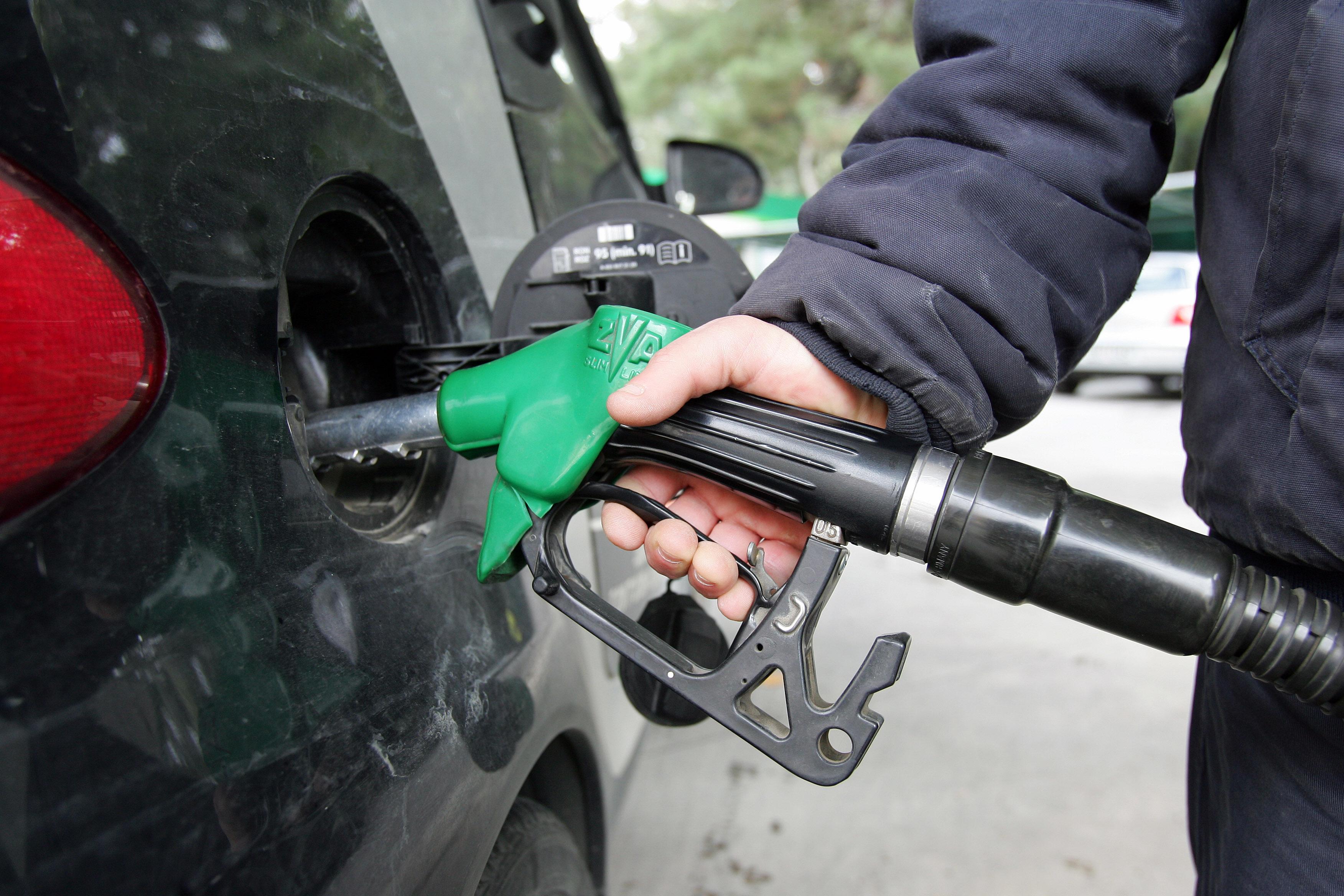 Μέχρι και 2 ευρώ το λίτρο πληρώνουν οι οδηγοί για τη βενζίνη | tovima.gr