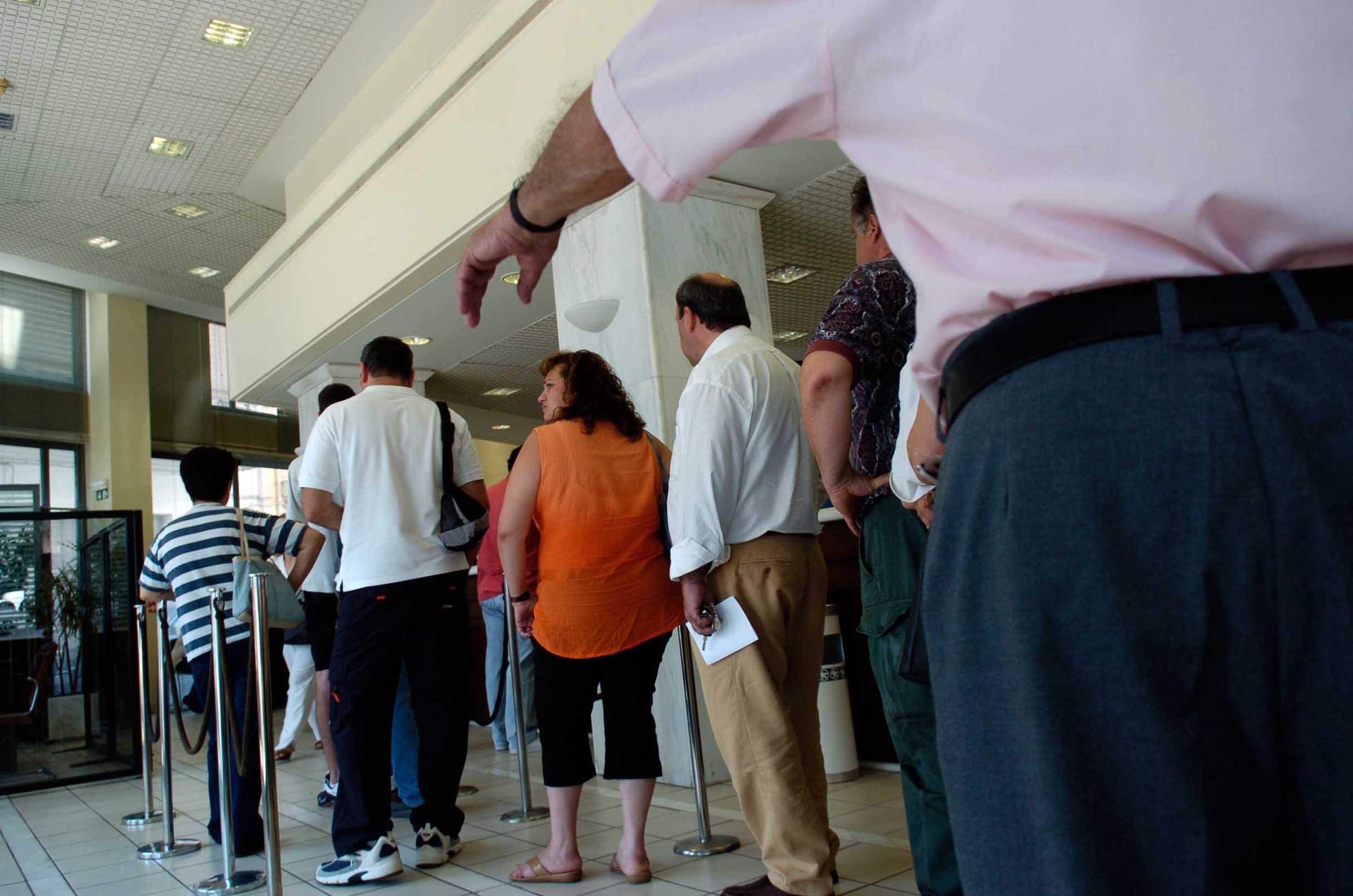Bloomberg: Ερευνα δείχνει μείωση της εμπιστοσύνης προς τις τράπεζες   tovima.gr