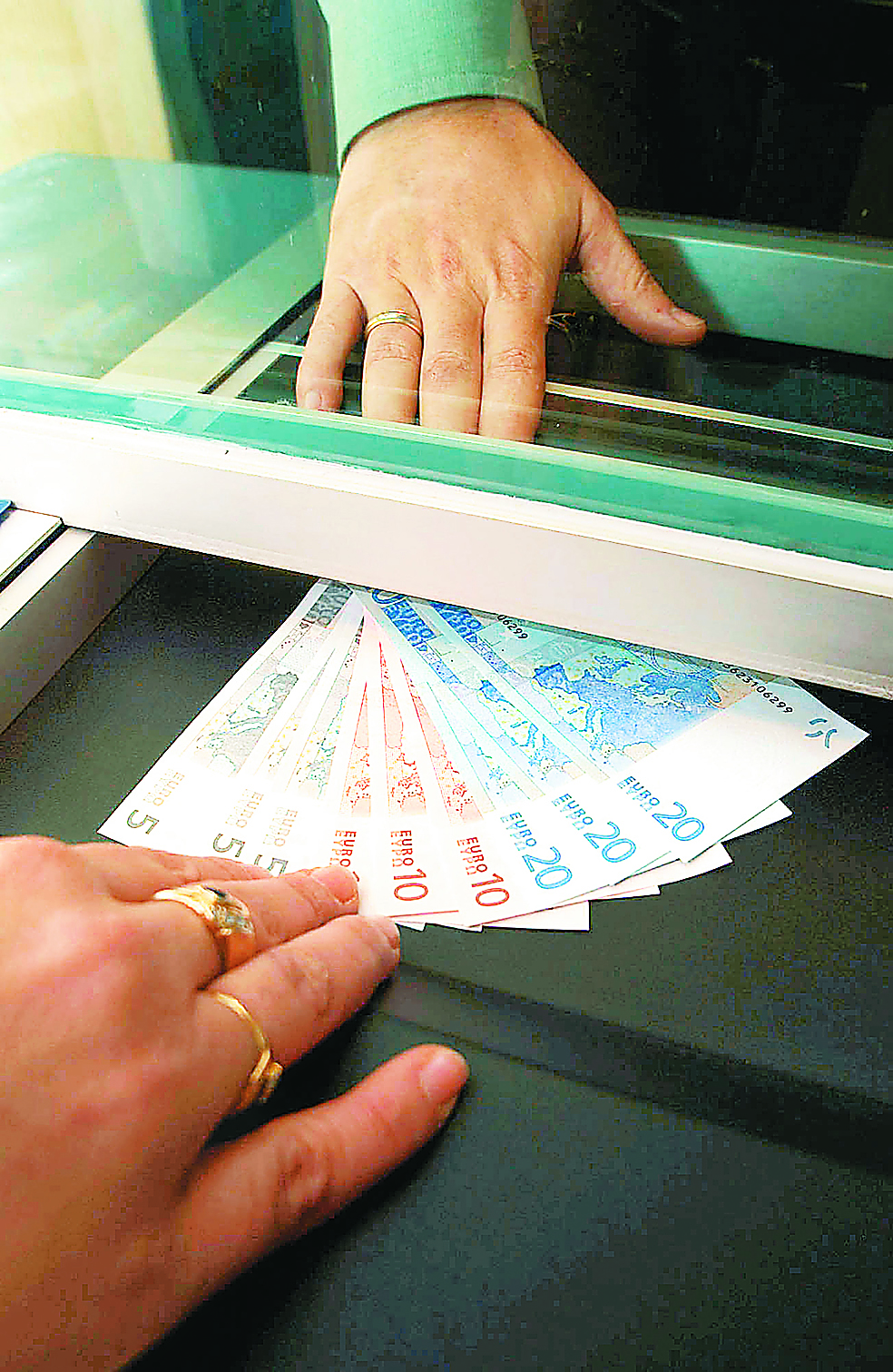 ΤτΕ: Στο 21,7% η πτώση μέσων ακαθάριστων αποδοχών | tovima.gr