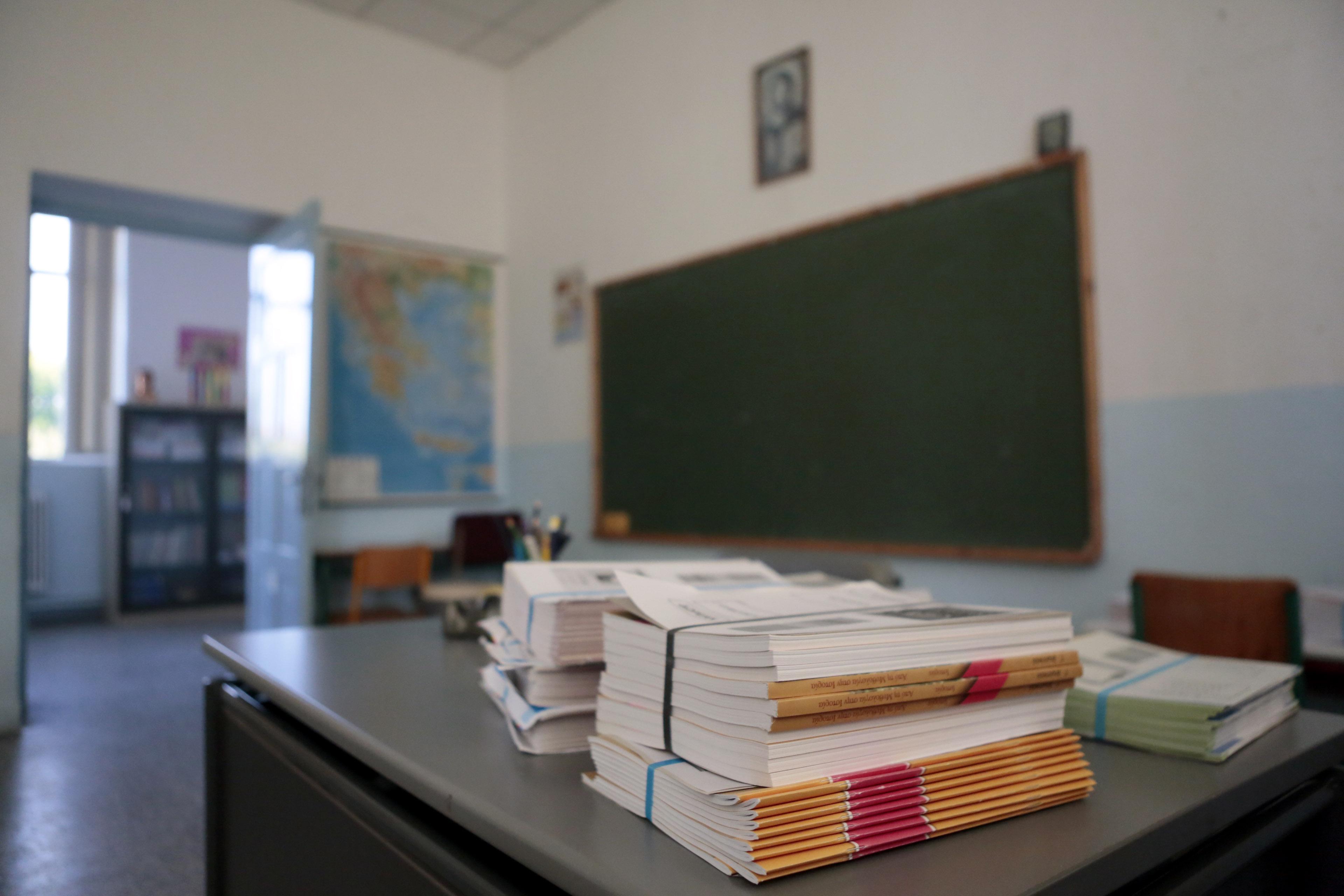 Μόρια αντί για μισθό σε εθελοντές εκπαιδευτικούς μελετά ο Λοβέρδος | tovima.gr