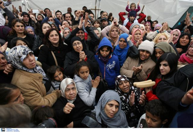 Syrian refugees on Syntagma Square applying for political asylum | tovima.gr