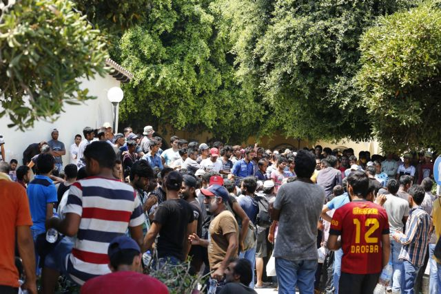 Kos: Local residents and refugees clash outside police department | tovima.gr