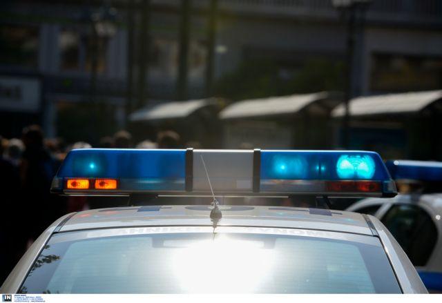 Άνδρας απειλούσε να αυτοκτονήσει έξω από το υπουργείο Εργασίας | tovima.gr