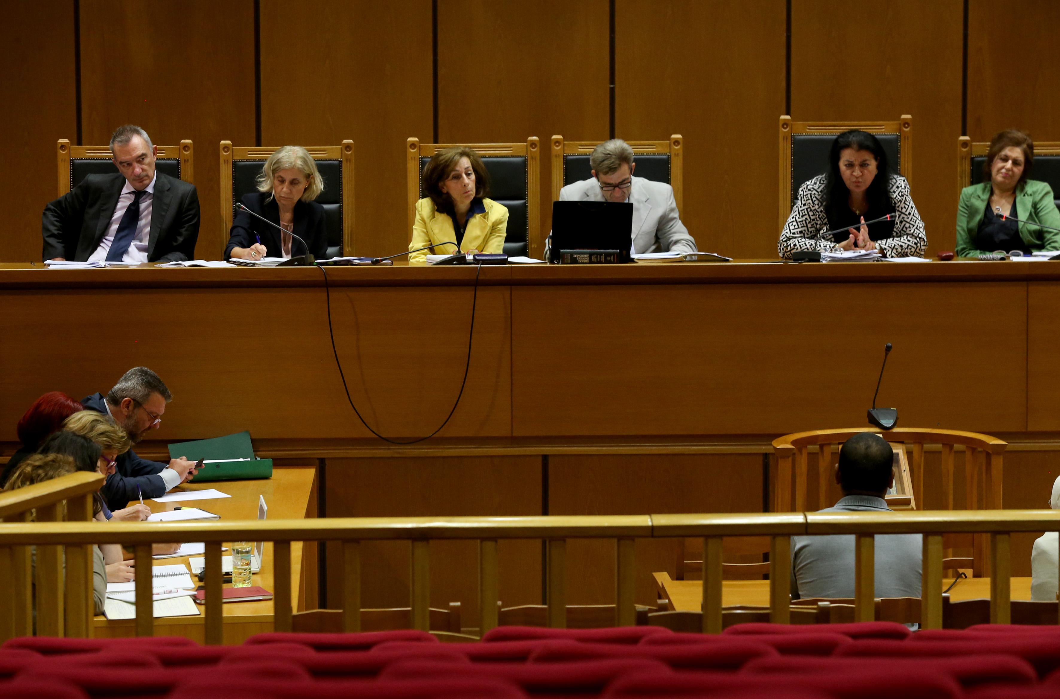 Κατάθεση αστυνομικού στη δίκη ΧΑ: Φορούσαν μπλούζες Χρυσής Αυγής | tovima.gr