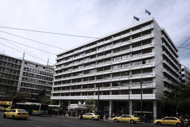 Ολονύκτια διαμαρτυρία εργαζομένων στα νοσοκομεία στο υπουργείο Οικονομικών | tovima.gr
