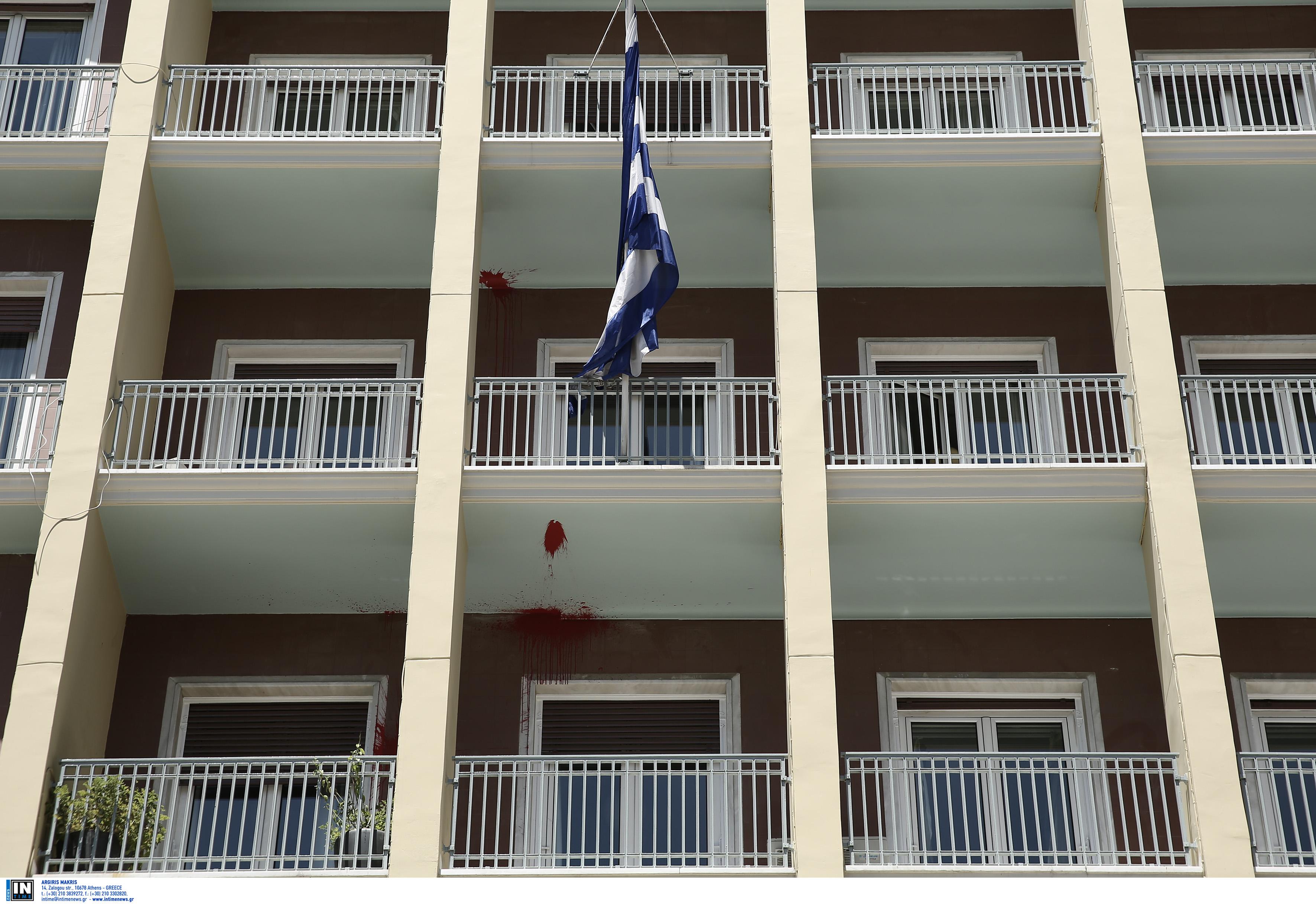 Εισβολή μελών του Ρουβίκωνα στο υπουργείο Εσωτερικών | tovima.gr