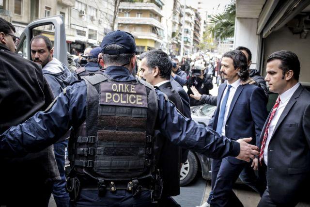 Σε στρατόπεδο οι οκτώ Τούρκοι αξιωματικοί υπό το φόβο απαγωγής ή δολοφονίας | tovima.gr