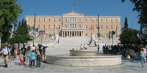 Γέμισε αφρούς η πλατεία Συντάγματος | tovima.gr
