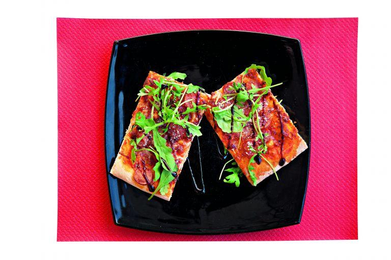 Πίτσα με λουκάνικο και παρμεζάνα   tovima.gr