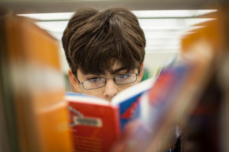 Οι έφηβοι προτιμούν το χαρτί | tovima.gr