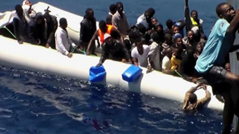 Βίντεο δείχνει το χάος της διάσωσης μεταναστών στη Μεσόγειο | tovima.gr