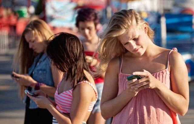 Γίναμε «σκλάβοι» των κινητών μας   tovima.gr