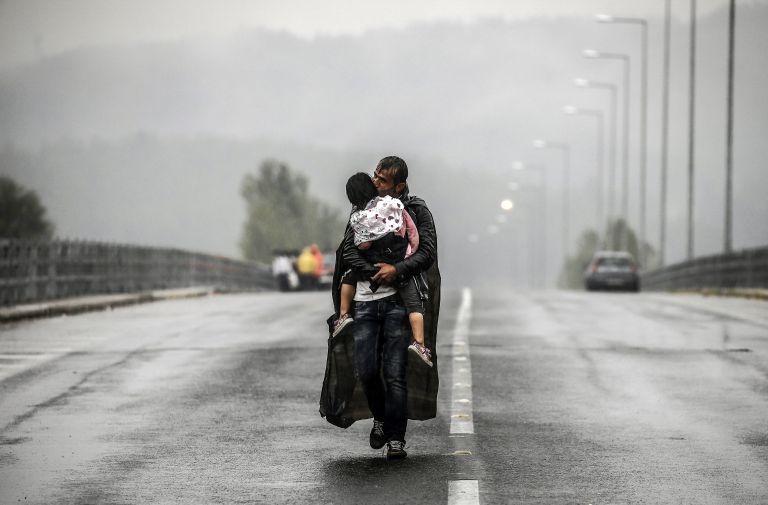 Γιάννης Μπεχράκης: «Οι φωτογραφίες μας έγιναν η φωνή των προσφύγων» | tovima.gr