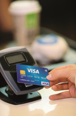Visa: Πάνω από 50% των τερματικών προσφέρουν ανέπαφες συναλλαγές | tovima.gr