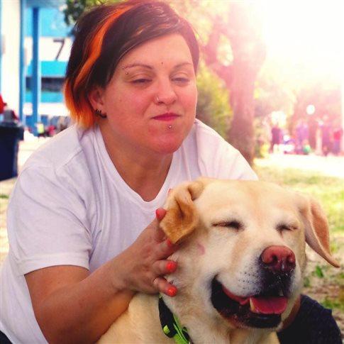 Οδηγός κατέβασε τυφλή από το λεωφορείο λόγω του σκύλου-οδηγού της | tovima.gr