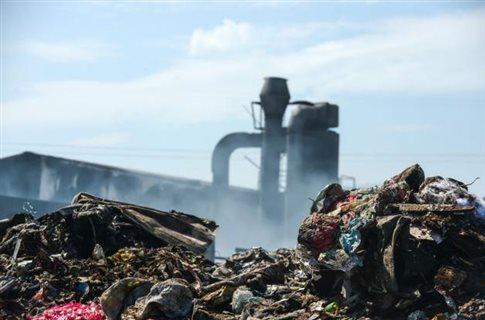 Προς απομάκρυνση δεκάδες τόνοι τοξικών αποβλήτων στη Δυτική Αττική | tovima.gr