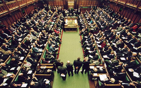 Συναγερμός στο βρετανικό Κοινοβούλιο λόγω ύποπτου πακέτου | tovima.gr