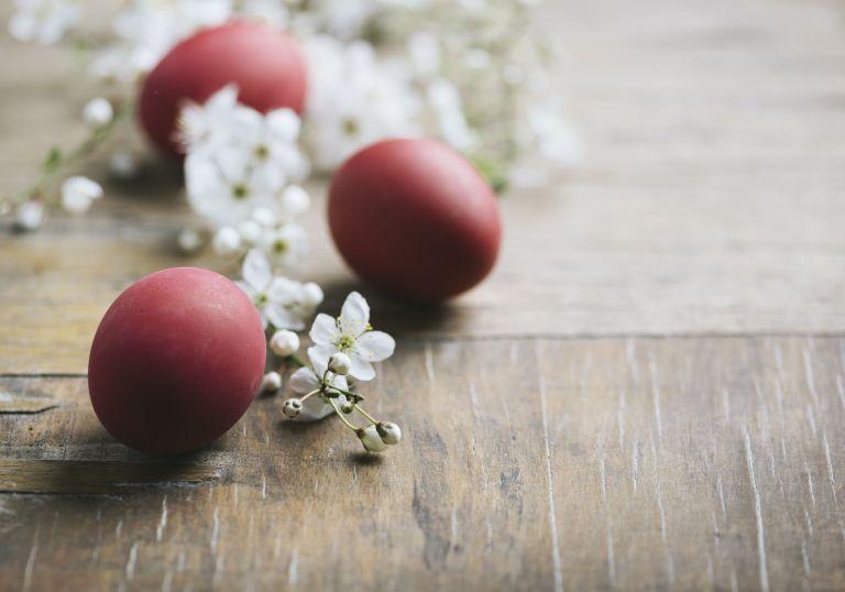 Πώς να βάψετε κόκκινα αβγά με ριζάρι | tovima.gr
