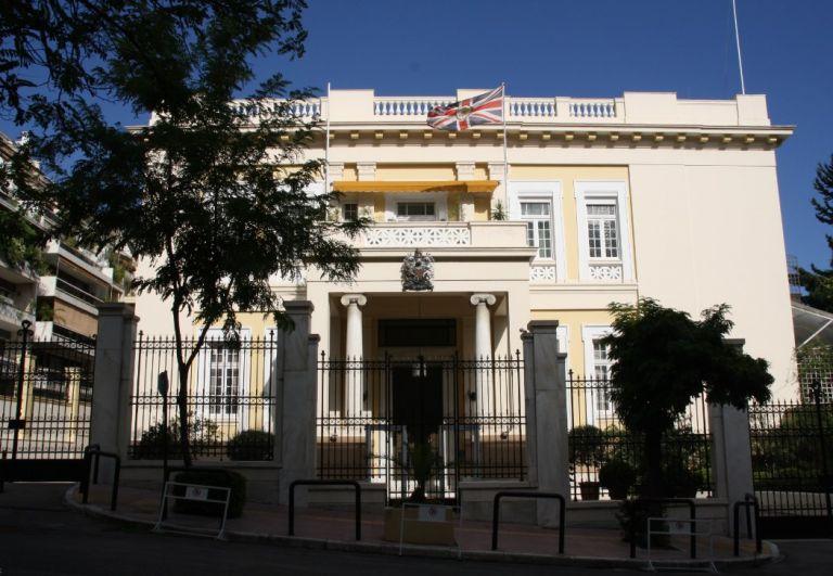 Στους κήπους της αγγλικής πρεσβείας με τον Γιάννη Στουρνάρα | tovima.gr