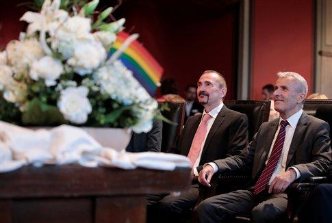 Γερμανία: Εγκρίθηκε η πρώτη υιοθεσία παιδιού από ομοφυλόφιλο ζευγάρι | tovima.gr
