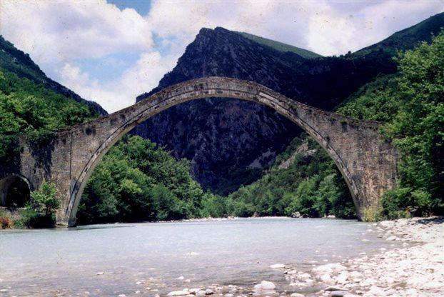 «Ζωντάνεψε» ξανά το μονότοξο Γεφύρι της Πλάκας | tovima.gr
