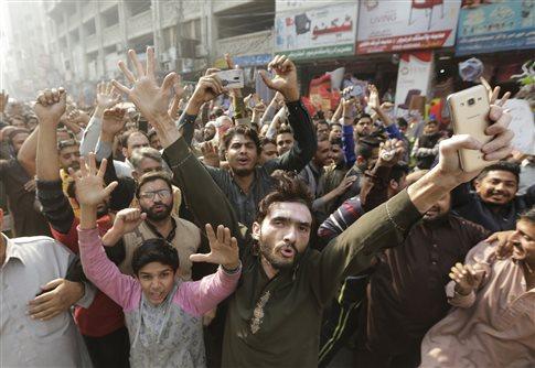 Ενας νεκρός αστυνομικός στα επεισόδια ανάμεσα σε δυνάμεις ασφαλείας και διαδηλωτές στο Πακιστάν | tovima.gr