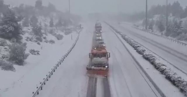 Συνεχίζεται η επέλαση του χιονιά το Σάββατο – Προβλήματα στο οδικό δίκτυο [Βίντεο] | tovima.gr