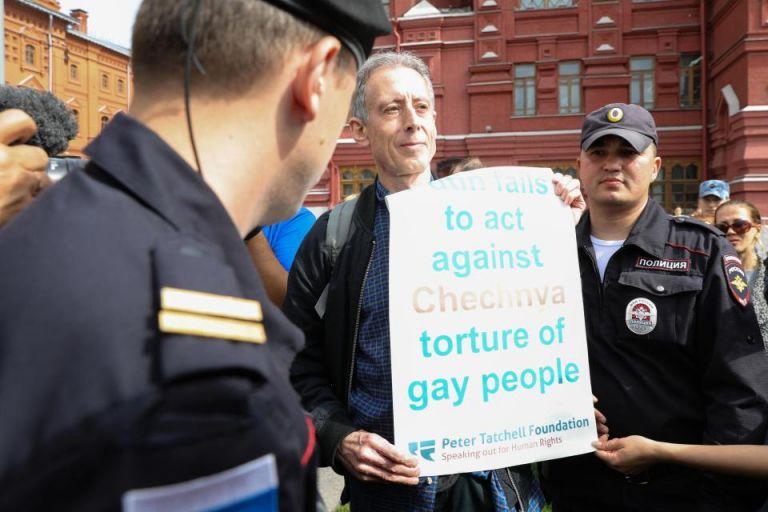 Ρωσία: Σύλληψη βρετανού ακτιβιστή που διαδήλωνε υπέρ ομοφυλόφιλων | tovima.gr
