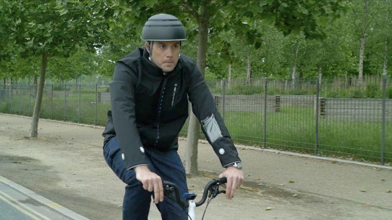 Εξυπνο μπουφάν για ποδηλάτες | tovima.gr