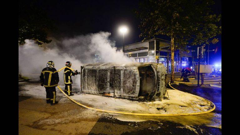 Γαλλία: Τέταρτη νύχτα έντασης στη Νάντη – Πυρπόλησαν οχήματα, έριξαν μολότοφ | tovima.gr