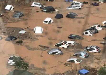 Βόρεια Προάστια: Εγκλωβίστηκαν οδηγοί από την καταιγίδα | tovima.gr