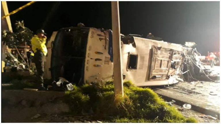 Ισημερινός: Σύγκρουση λεωφορείου με ΙΧ – Περισσότεροι από 20 νεκροί | tovima.gr