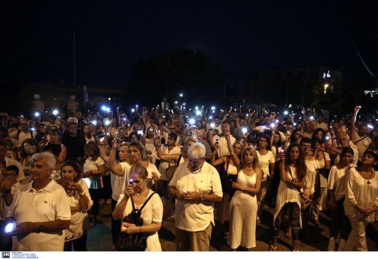 Συγκίνηση στην εκδήλωση μνήμης για τα 96 θύματα στο Μάτι | tovima.gr