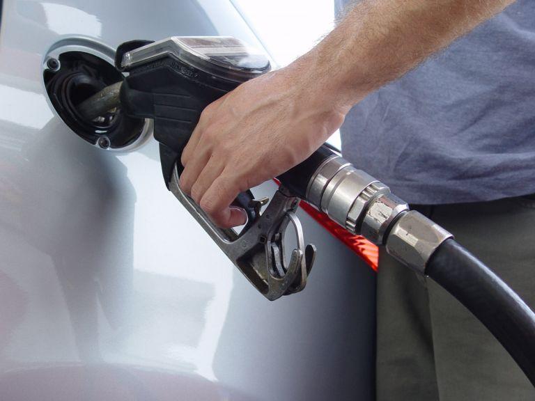 Η τιμή της βενζίνης έσπασε το «φράγμα» των 2 ευρώ | tovima.gr