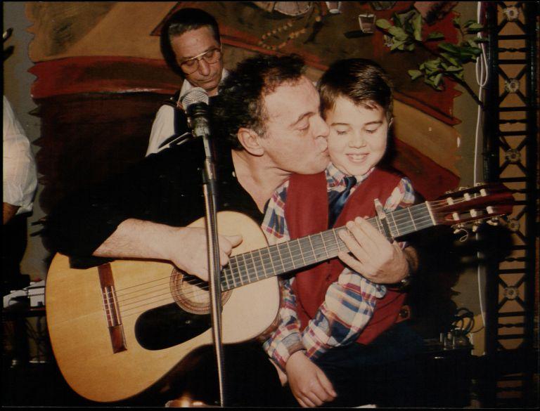 Πέθανε ο τραγουδιστής και ηθοποιός Νίκος Δημητράτος | tovima.gr