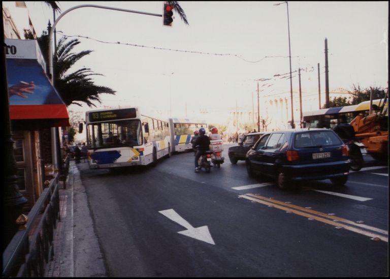 Λεωφορείο δέχθηκε επίθεση με μολότοφ έξω από το Πολυτεχνείο | tovima.gr