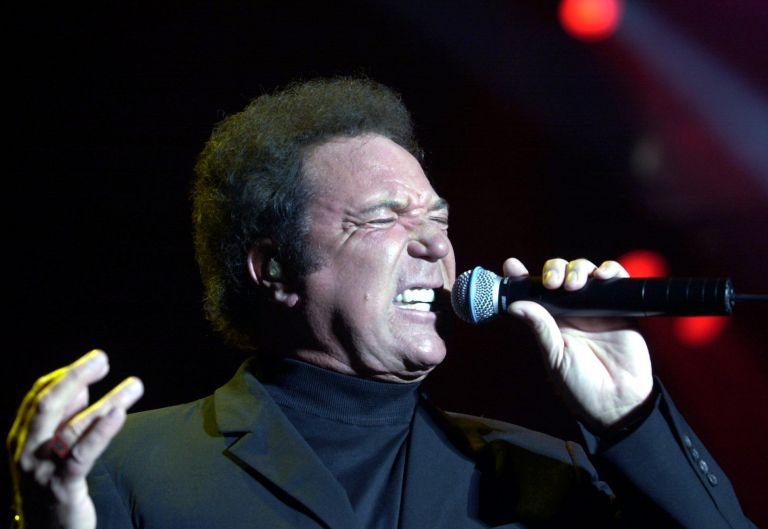 Σάλος από την άφιξη του τραγουδιστή Τομ Τζόουνς στα κατεχόμενα | tovima.gr