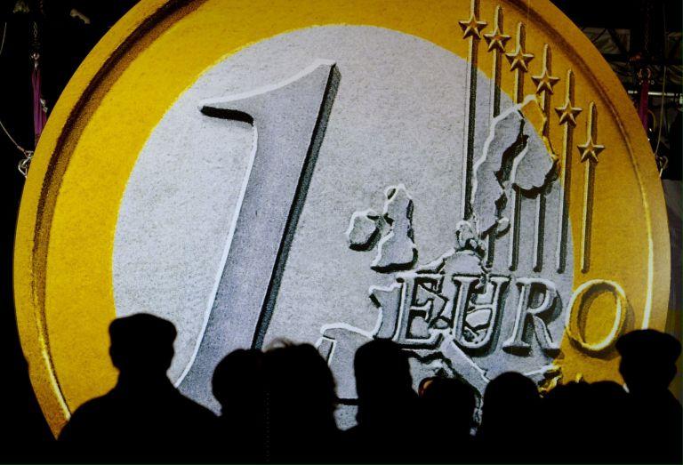 Στο χαμηλότερο επίπεδο διετίας κατρακυλάει το ευρώ | tovima.gr