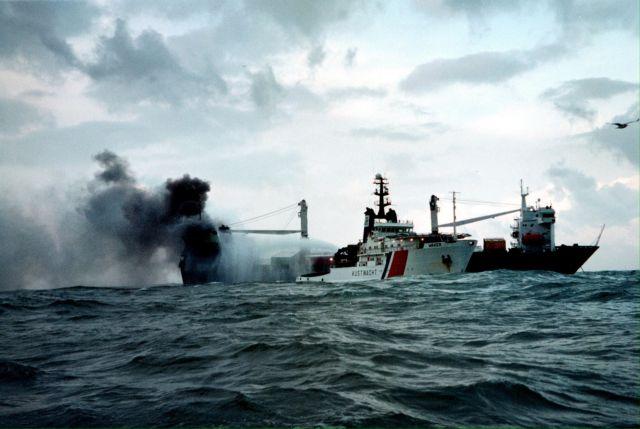 Προσπάθησαν να κάψουν εν πλω πάνω από 10 τόνους χασίς | tovima.gr