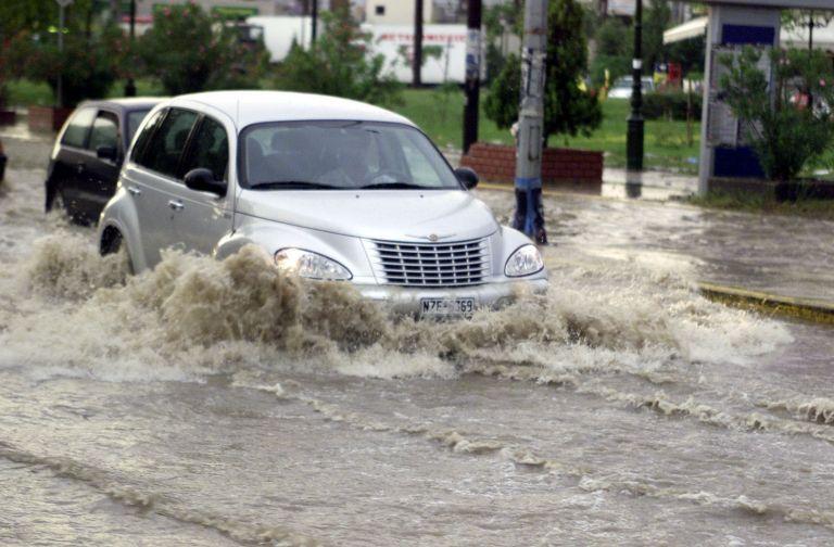 Θεσσαλονίκη: Απεγκλωβίστηκε οδηγός που παρασύρθηκε από ρέμα | tovima.gr