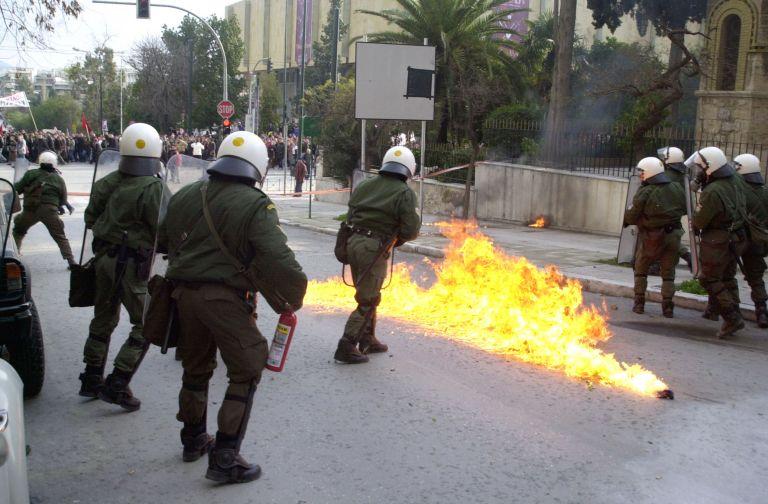 Ελεύθεροι οι προσαχθέντες για τις μολότοφ κατά των ΜΑΤ στα Εξάρχεια | tovima.gr