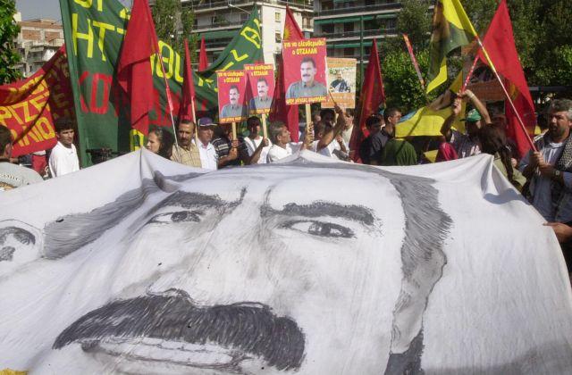 Κούρδοι διαδηλωτές πέταξαν αυγά κατά της τουρκικής πρεσβείας στην Αθήνα | tovima.gr