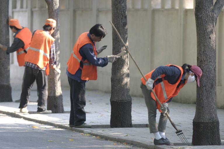 Κίνα: Εκατομμυριούχος καθαρίζει δρόμους για παραδειγματισμό των παιδιών της | tovima.gr