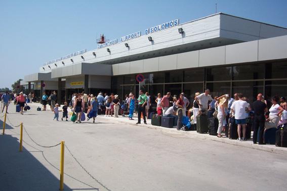 Ζάκυνθος: Ουρές στον έλεγχο διαβατηρίων στο αεροδρόμιο   tovima.gr