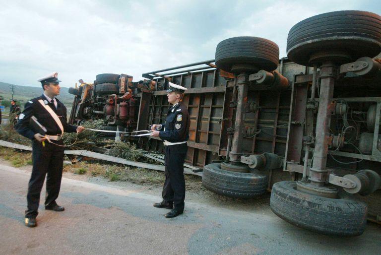 Πιερία: Ανατράπηκε φορτηγό, ελαφρά τραυματισμένος ο οδηγός | tovima.gr