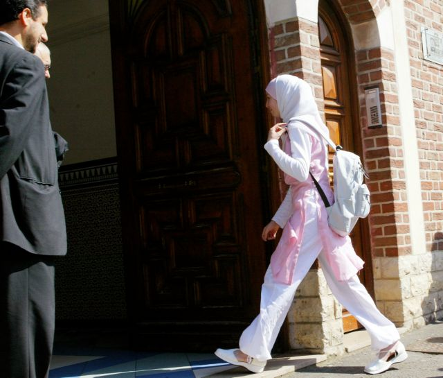 Γαλλίδα που ασπάστηκε το Ισλάμ προκαλεί σάλο με τη μαντίλα της | tovima.gr