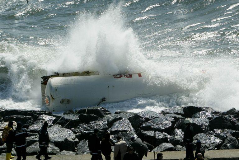 Στη Σύμη η «Ευρυδίκη»: Αυτοκίνητα στη θάλασσα, έρευνες για εγκλωβισμένους (video) | tovima.gr