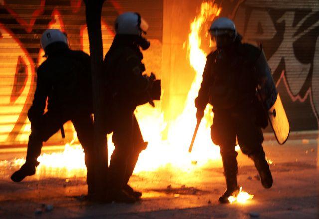 Επιθέσεις με μολότοφ εναντίον των ΜΑΤ στο Πολυτεχνείο | tovima.gr